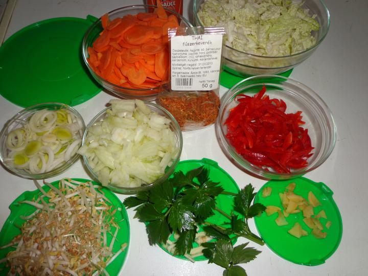 Thai húsgombócos zöldségleves elkészítés 1. lépés képe