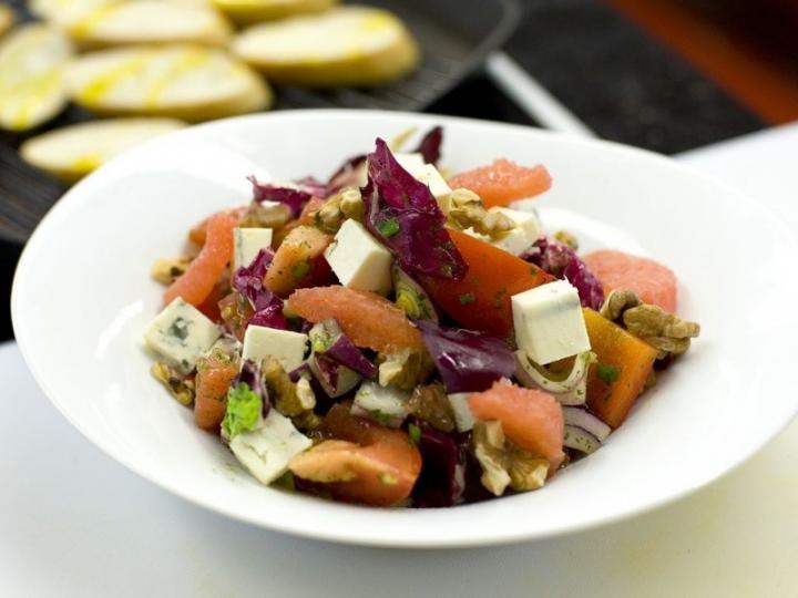 Grapefruitos saláta dióval és kék sajttal elkészítés 2. lépés képe