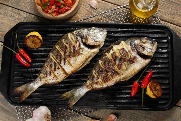 Grillezett tengeri durbincs chilis-zöldséges salsával elkészítés 4. lépés képe