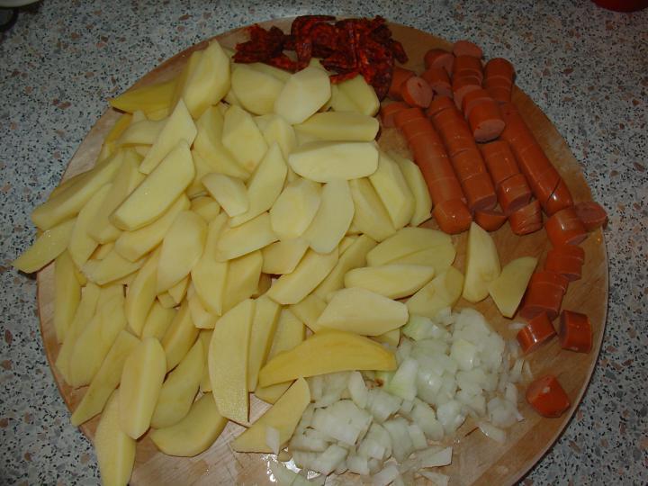 Köményes krumplipaprikás savanyú káposzta körettel elkészítés 1. lépés képe