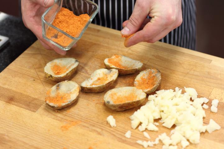 Ropogós krumplihajók cukkinivel és füstölt lazaccal töltve elkészítés 1. lépés képe