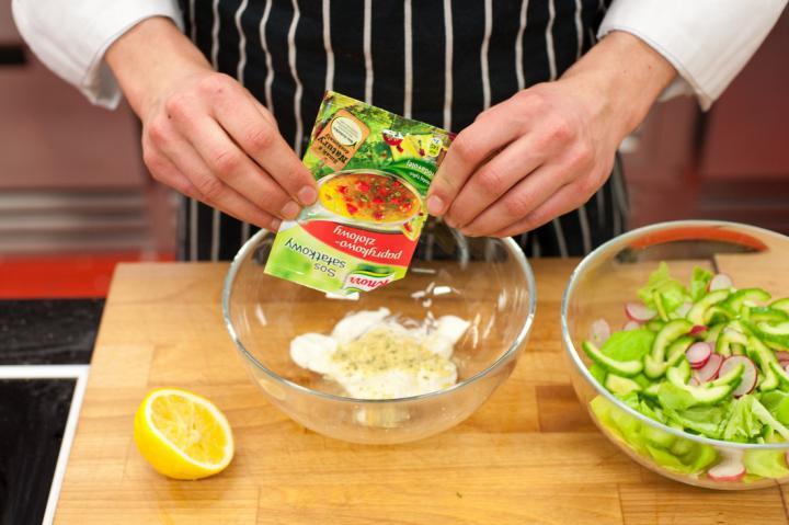 Tavaszi saláta metélőhagymával elkészítés 4. lépés képe