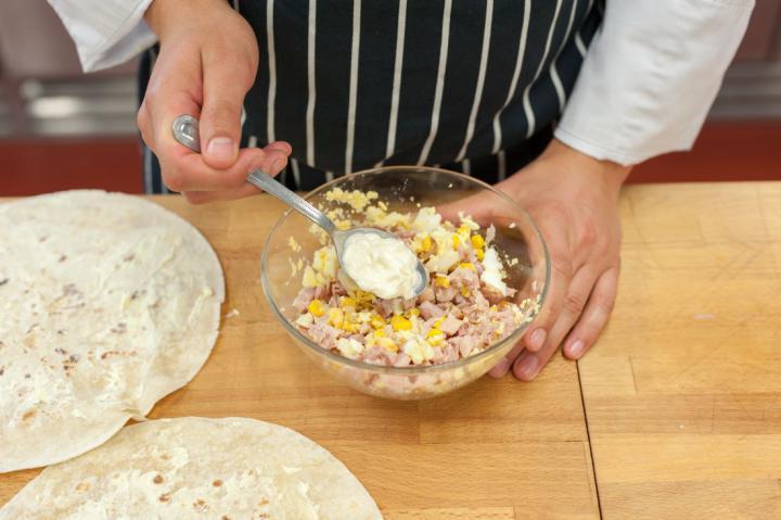 Tortilla tekercs füstölt csirkével, tojáskrémmel és kukoricával elkészítés 2. lépés képe