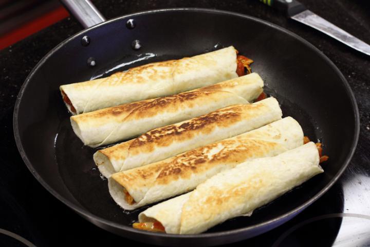 Csirkével töltött tortilla elkészítés 6. lépés képe