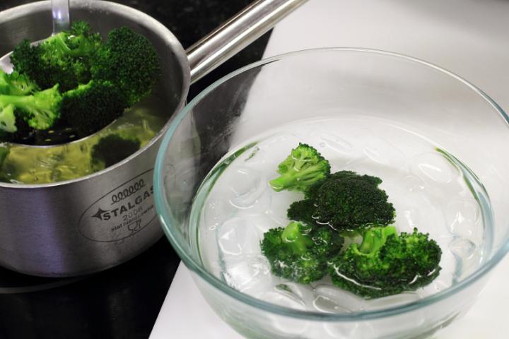 Halas-tésztás-brokkolis egytálétel elkészítés 2. lépés képe