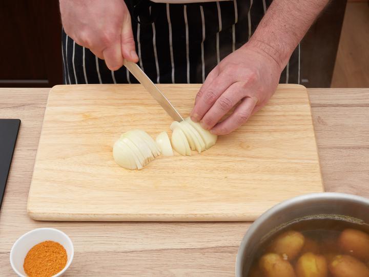 Hagymás pirított újkrumpli elkészítés 3. lépés képe