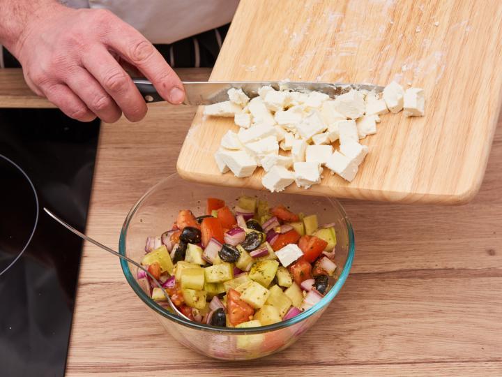 Görög saláta elkészítés 5. lépés képe