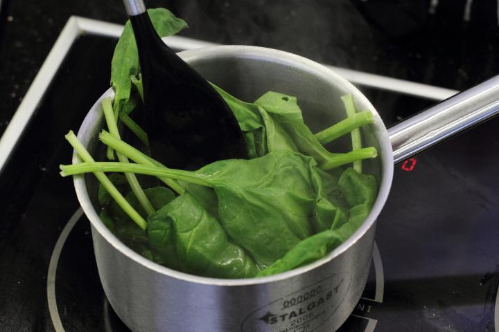 Zöld minestrone leves füstölt borjúval elkészítés 6. lépés képe