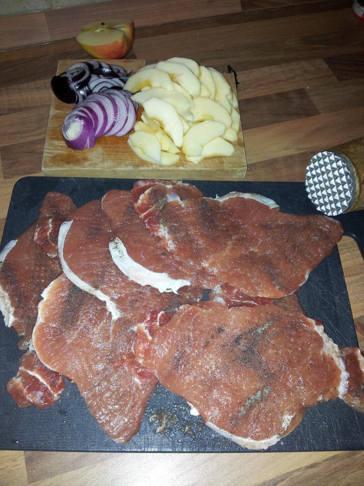 Almás- sajtos- hagymás rakott karaj elkészítés 1. lépés képe