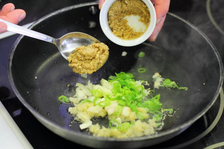 Csípős tészta szecsuáni módra elkészítés 3. lépés képe