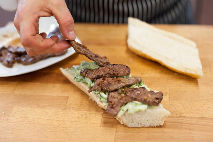 Steak szendvics bok choy salátával és shitake gombával elkészítés 5. lépés képe