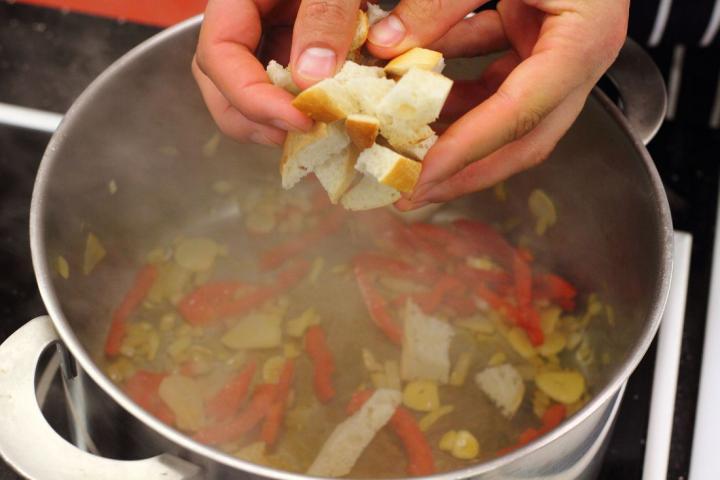 Spanyol fokhagymás leves, fokhagymás pirítóssal elkészítés 2. lépés képe