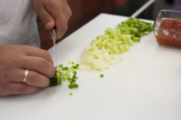 Spanyol hideg zöldséges paradicsom leves elkészítés 1. lépés képe