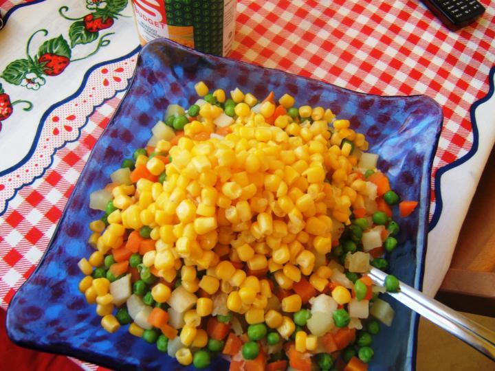 Franciasaláta kukoricával elkészítés 2. lépés képe