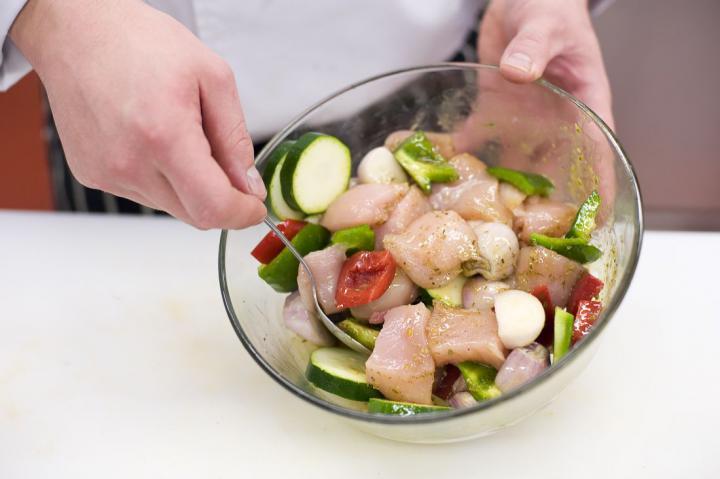 Csirkés-zöldséges nyársak elkészítés 4. lépés képe