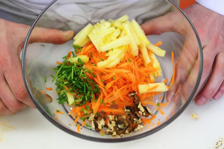 Ananászos csirke saláta elkészítés 3. lépés képe