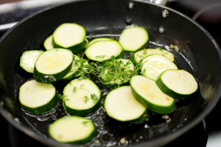 Grillezett cukkini saláta elkészítés 2. lépés képe