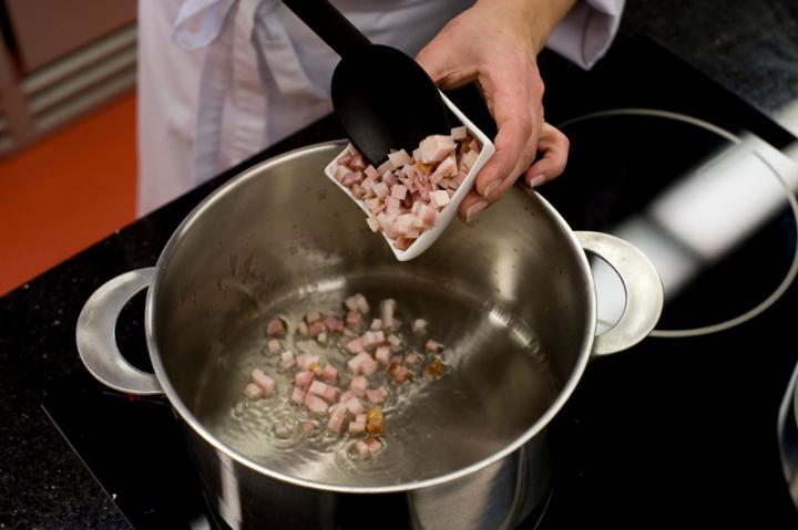 Póréhagymás burgonyaleves szalonnával elkészítés 1. lépés képe