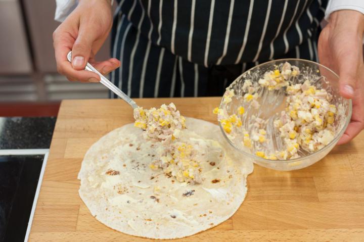 Tortilla tekercs füstölt csirkével, tojáskrémmel és kukoricával elkészítés 3. lépés képe