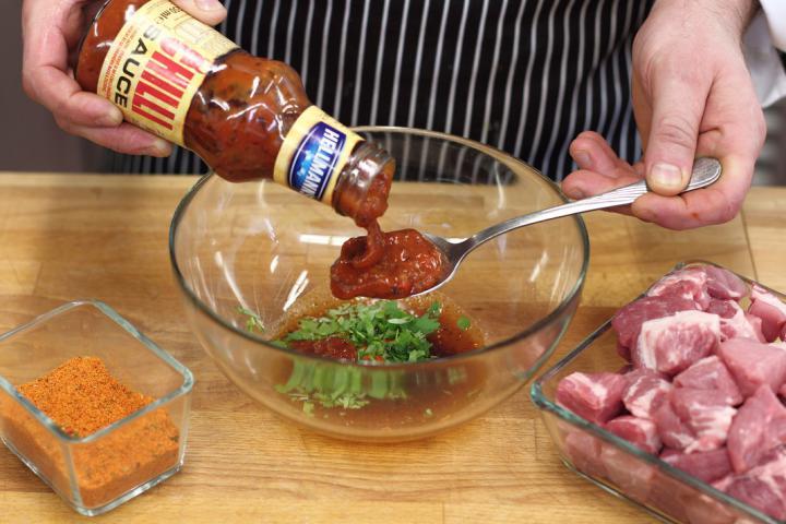 Sertésnyárs aszalt szilvával és szalonnával elkészítés 1. lépés képe