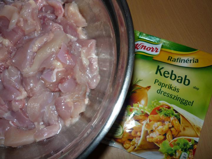 Kebab csirkecombból, zöldsalátával, friss zsemlével elkészítés 1. lépés képe