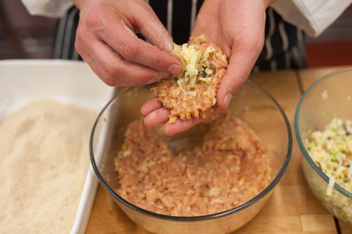 Gombával és sajttal töltött fasírtok elkészítés 6. lépés képe