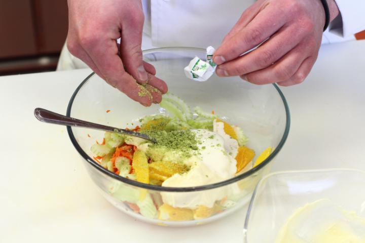 Frissítő saláta elkészítés 4. lépés képe