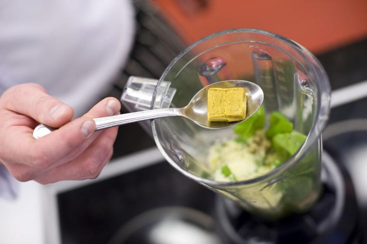 Lazac pestóval és koktélparadicsommal elkészítés 3. lépés képe