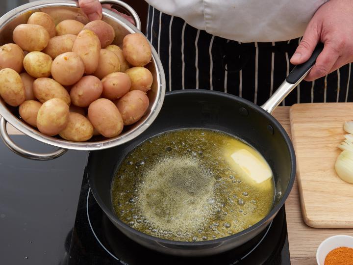 Hagymás pirított újkrumpli elkészítés 4. lépés képe
