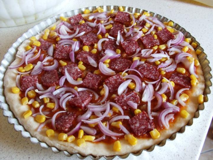 Szalámis pizza, paradicsomos alappal elkészítés 8. lépés képe