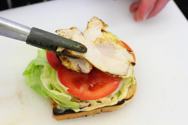 Club sandwich csirkével, baconnel és tojással elkészítés 4. lépés képe
