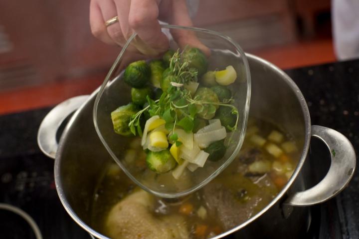 Marhahúsleves zöldségekkel és parmezános palacsintával elkészítés 3. lépés képe