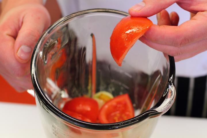 Garnélarákos gazpacho avokádóval elkészítés 2. lépés képe
