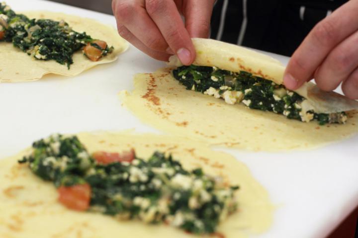 Spenótos palacsinta feta sajttal elkészítés 5. lépés képe