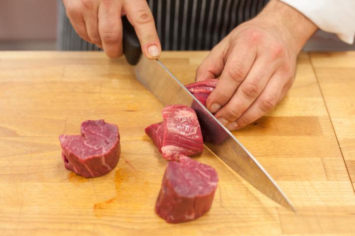 Grillezett bélszín steak sonkával, fügével kecskesajttal és zöldbors mártással elkészítés 1. lépés képe
