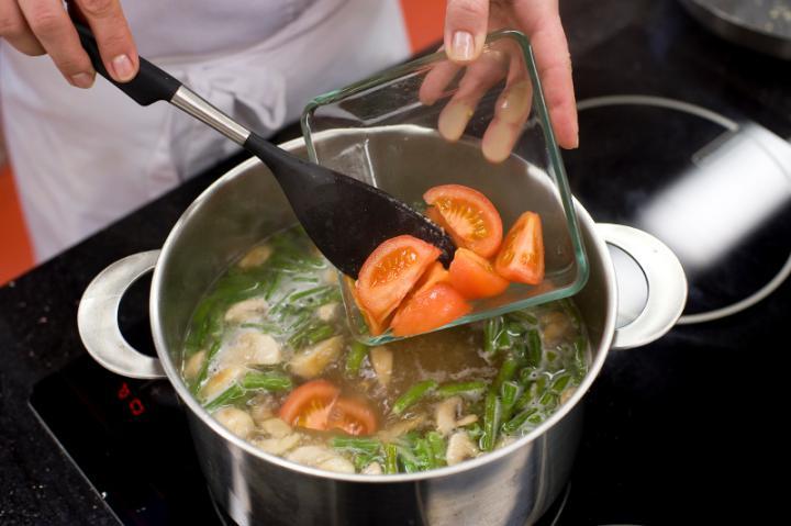 Tejfölös zöldbableves gombával és paradicsommal elkészítés 5. lépés képe