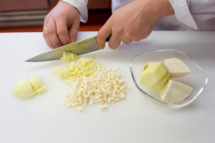 Hideg zelleres almaleves elkészítés 1. lépés képe