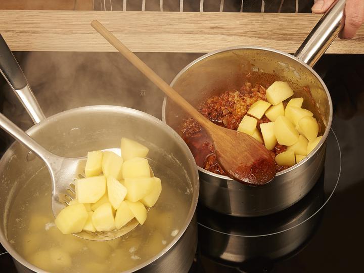 Krumplis tészta elkészítés 2. lépés képe