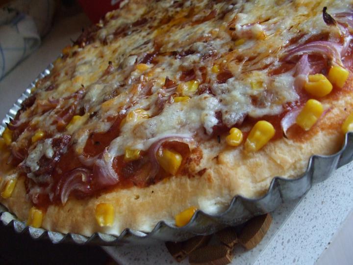 Szalámis pizza, paradicsomos alappal elkészítés 9. lépés képe