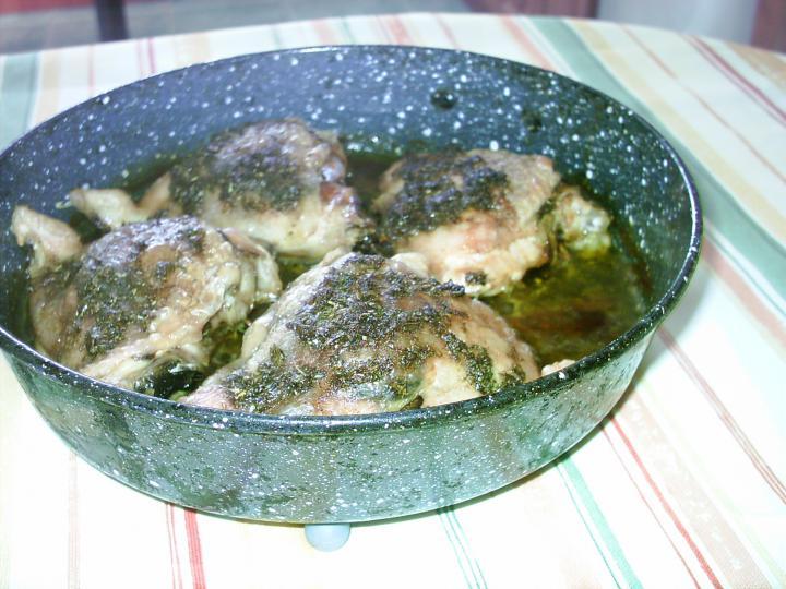 Vajas csirke hagymás, tört burgonyával elkészítés 2. lépés képe