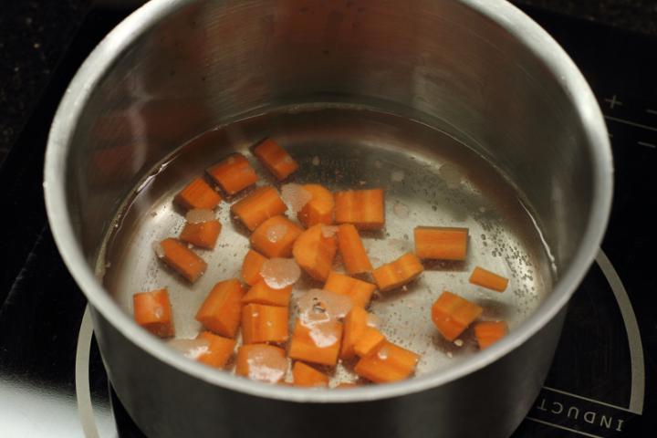 Sült rizs zöldségekkel és tojással elkészítés 2. lépés képe