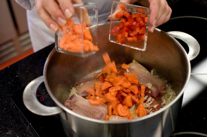 Spanyol kolbászos, zöldséges leves elkészítés 2. lépés képe