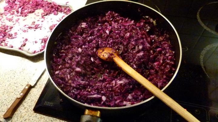 Libacombok héjában sült burgonyával és párolt vörös káposztával elkészítés 5. lépés képe