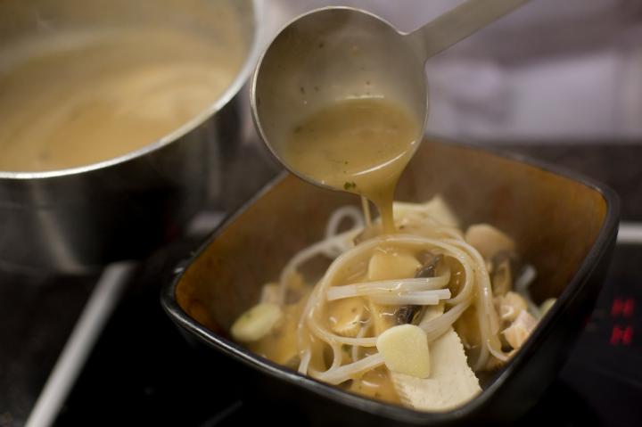 Ázsiai gombaleves üvegtésztával és csirkével elkészítés 4. lépés képe