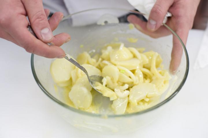 Borjú bécsi burgonyasalátával elkészítés 3. lépés képe