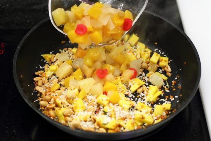 Édes-csípős rizs mangóval és kókusszal elkészítés 3. lépés képe