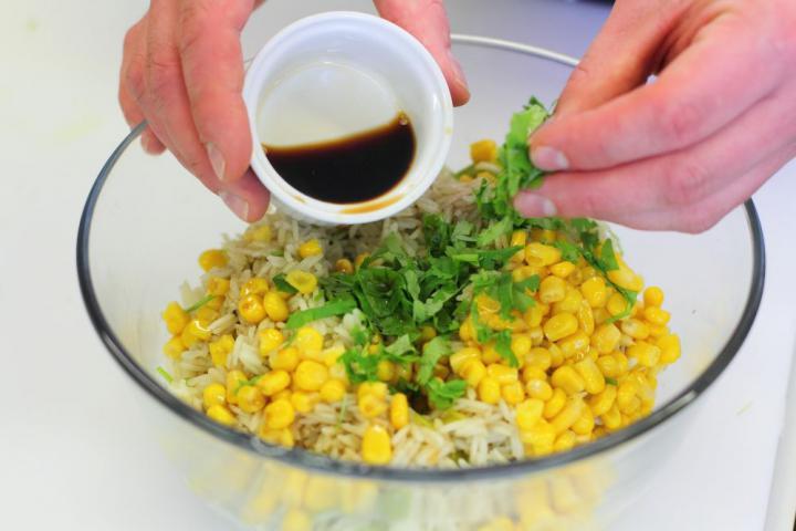 Ázsiai kukoricás-korianderes rizs elkészítés 6. lépés képe