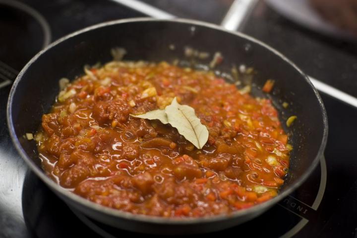 Tortilla spanyol paradicsom szósszal elkészítés 5. lépés képe