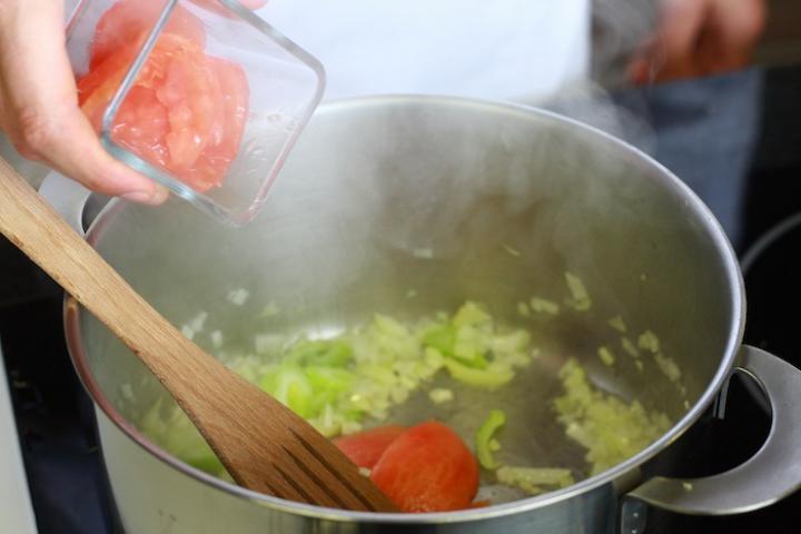 Olasz paradicsomleves tésztával elkészítés 4. lépés képe