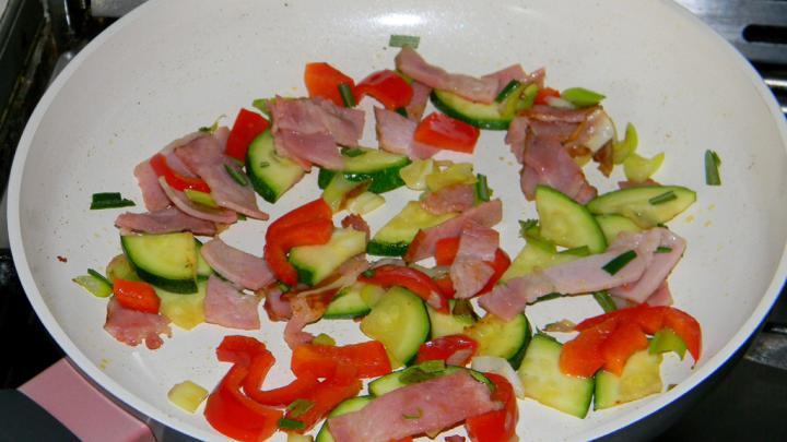 Rozmaringos sonkás-zöldséges rántotta elkészítés 1. lépés képe